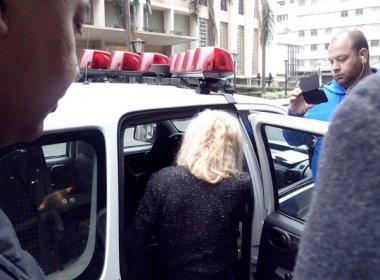 Suposta vítima do estupro entra foi conduzida pela polícia para prestar queixa contra 4 jogadores do Vitória. BN