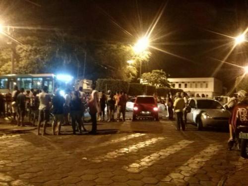 Depois da vitória do Flamengo, por 2X0, contra o Atlético Paranaense, uma legião de flamenguistas saíram às ruas de Itapetinga para comemorar o título, com fogos e buzinaço. Foto Rubinho Nova