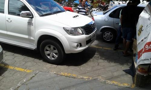Na mesma vaga em que um veículo foi guinchado na segunda-feira, outros veículos não foram guinchados na terça. Por onde andava a Comutran?