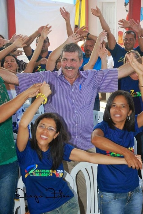 Dr. Paulo Fernandes comemorou o dia do funcionário público ao lado dos servidores municipais, que também o homenagearam. Foto Itarantim Agora