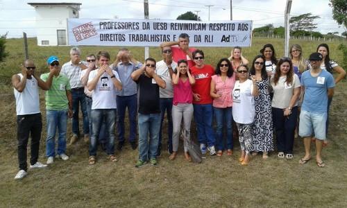 Em greve por tempo indeterminado, professores da Uesb protestaram em frente ao campus de Itapetinga.