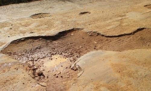 Cratera na rodovia entre Maiquinique e o entroncamento de Macarani.